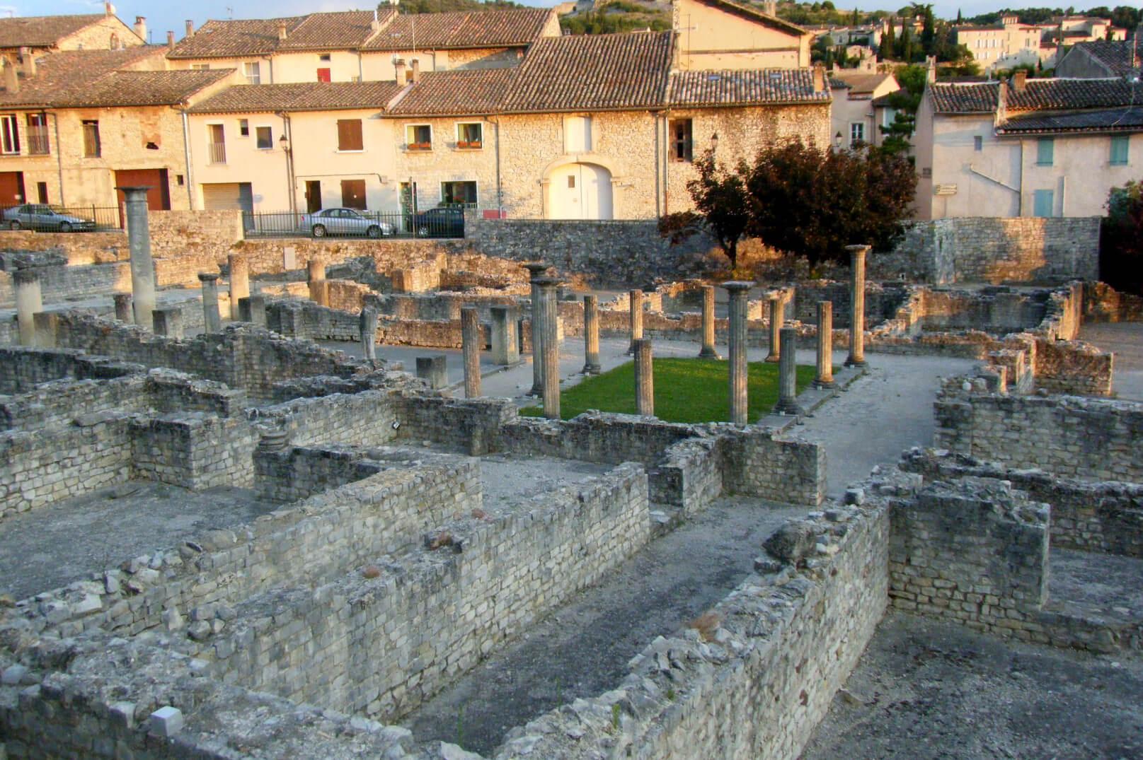 Pasear por el corazón de los enclaves arqueológicos de Vaison-la-Romaine